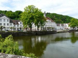 Fahrrad - Das Rathaus von Bad Karlshaven von der Brücke aus fotografiert